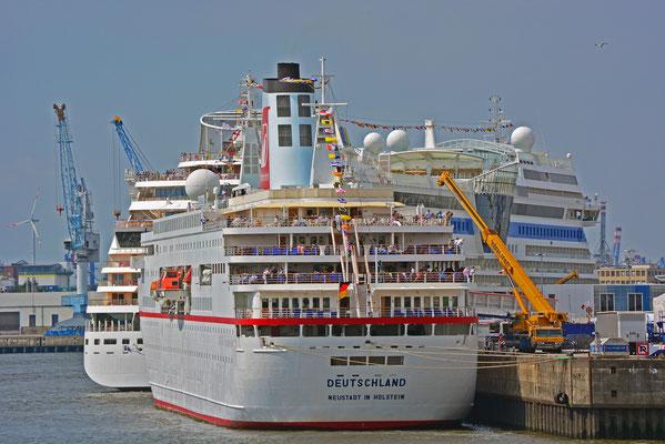 MS DEUTSCHLAND mit AIDAstella zu den Hamburg Cruise Days am HCC HafenCity am 2.8.2014