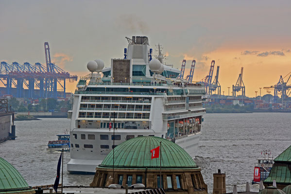 LEGEND OF THE SEAS läuft am 07.09.2014 im Hamburger Hafen aus