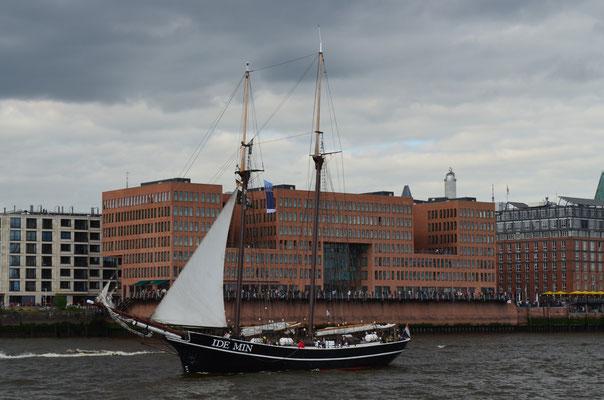 IDE MIN zur Auslaufparade beim 823.Hamburger Hafengeburtstag am 13.05.2012