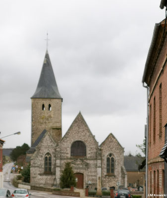 Eglise 🕍 Saint Saturnin d'Ancourt. Seul le clocher remonte au XIIIe siècle. Le gros œuvre de l'église a été majoritairement rebâti au XVIe siècle. Le choeur et  vers 1520, la nef et les bas-côtés jusqu'au pignon appareille en silex vers 1557.