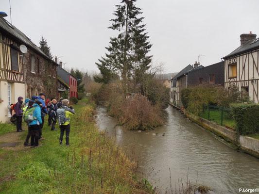 Passage bucolique le long du Cailly 🚣🚤 avant de reprendre la route de notre circuit du jour 😊😉. – Fontaine-Le-Bourg.
