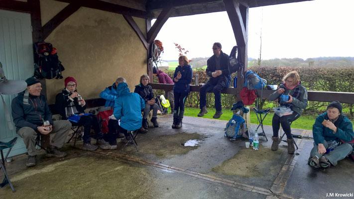 Et pause déjeuner 🥔🍔🍴☕ à la salle des fêtes inauguré par Mme Bernadette Chirac en 1999 😲 à l'abris de la pluie que l'on a pas eu☔😁😉, mais pas à l'abris du vent 🌬💨☹😏.