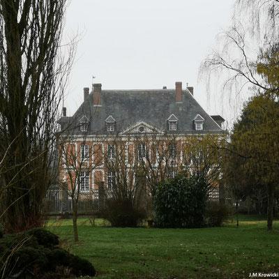 Le château 🏰 du Varat (propriété privée) est situé à la limite des communes de Saint Georges et de Claville-Motteville. Le domaine avec ses deux fermes, ses bois, son hameau du Val Vendard et la ferme de la Vastine constitue le domaine.