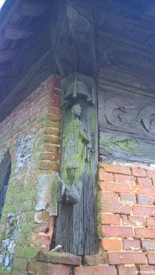 Les sculptures sur bois de L'ancien porche Renaissance, transformé en chapelle baptismale au XVIIIe s., présente une corniche en bois sculpté à motif profane. Un cadran solaire orne la tourelle d'accès au clocher.