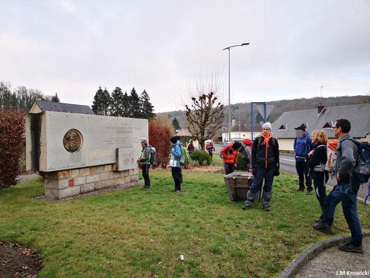 Dernier arrêt pédagogique sur le mémorial de Doudeville Delamarre et Malandin. Édouard Delamare-Deboutteville est un pionnier de l'automobile. Il est mort à Fontaine-le-Bourg le 17 février 1901.