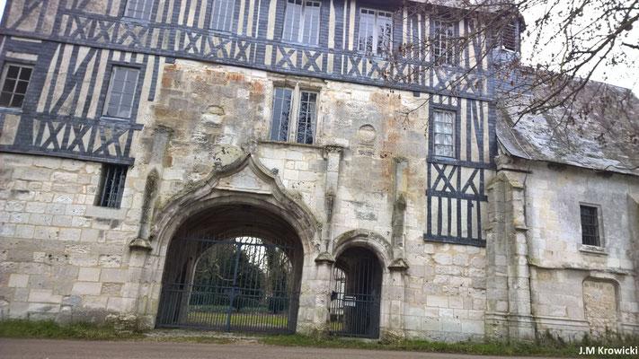 Manoir de Marbeuf (1515) construit en pierre de Caumont et pan de bois, Rue de Seine. Louis de Brézé, grand sénéchal de Normandie, et à son époque, la belle Diane de Poitiers, qui deviendra par la suite la favorite du roi Henri II.