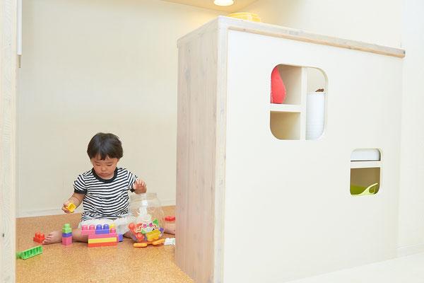 お子様が自由に遊べ、親御様が安心して治療を受けることができるよう、キッズコーナーを設置。