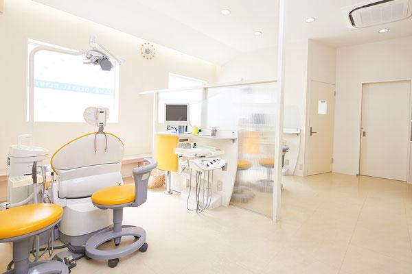 採光性のある院内でリラックスして治療を受けられます。