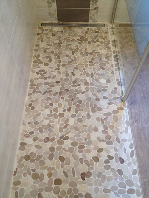 Salle de bain Nature galets douche italienne barre écoulement RG Intérieur