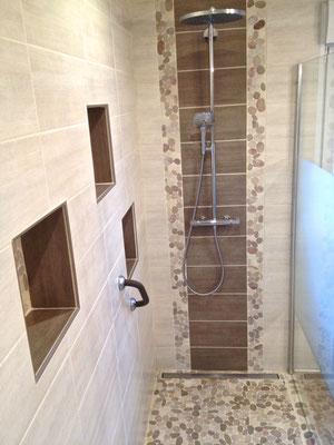 Salle de bain Nature galets douche italienne barre écoulement colonne douche Hansgrohe RG Intérieur