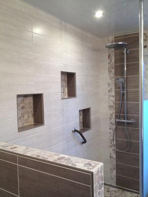 Salle de bain Nature galets niches rangements colonne douche Hansgrohe RG Intérieur