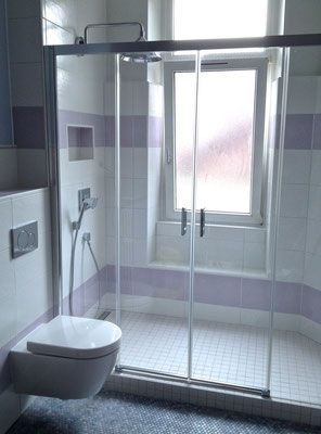 Salle de bain rétro, système encastré Hansgrohe Axor, paroi de douche Rothalux, WC Villeroy & Boch Subway 2.0, écoulement réglette - RG Intérieur