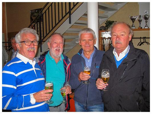 Häsi im Gespräch mit alten Sportsfreunden vom Hagener SV