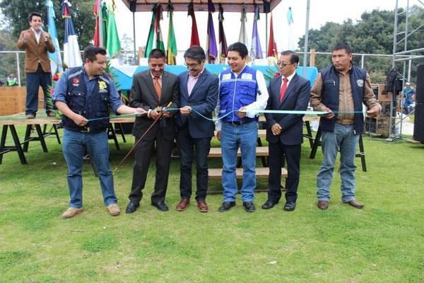 Momento del  corte oficial de cinta de inauguración del sistema de agua potable y saneamiento.