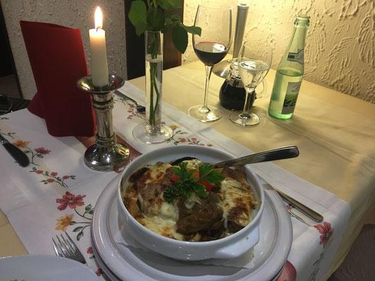 Fränkischer Ratsherrntopf: Schweinelendchen vom Grill mit Pilzsoße, Butterspätzle, Käse überbachen und frische Salate