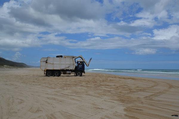 auch die Müllabfuhr ist am Strand entlang unterwegs