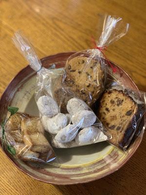紅茶クッキー・ポロポレーゼ・チョコチップクッキー・フルーツケーキのカット