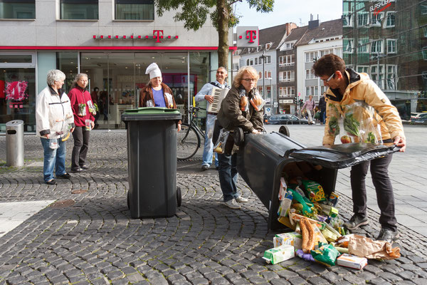 Straßentheater 'Ab in die Tonne'  Aachen 2014