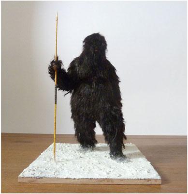 <b>Missing Link</b><br />2014<br />Modelliermasse, Polyester, Acrylfarbe, Haar, Holz, Sand, Farbpigmente<br />34,5 cm x 35 cm x 47 cm