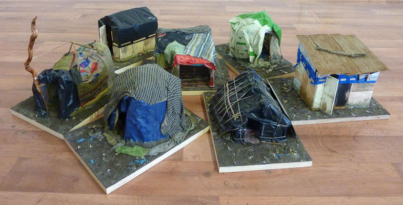 <b>Save House</b><br />2019<br />Holz, Plastik, Sand, Acrylfarbe<br />  je ca. 16 cm x 25 cm x 35cm