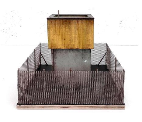 <b>Bau 163</b><br />2017<br />Holz, Karton, Papier, Sand, Modelgras, Acrylfarbe<br />  26,5 cm x 35 cm x 34,5 cm