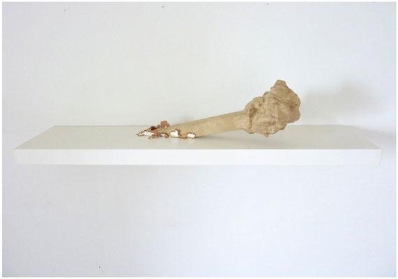 <b>Skulptur</b><br />2011<br />Papiermaché, Holz, Hasendraht, Lack, Wandregal<br />26 cm x 110 cm x 25 cm