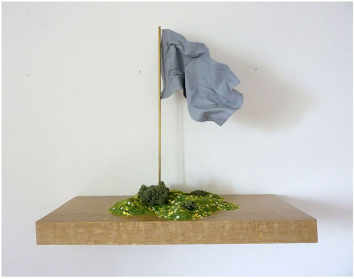 <b>Heimatland</b><br />2013<br />Holz, Papier, Farbe, Modellgras, Irischmoos, Messing, Stoff<br />60,5 cm x 26 cm x 59 cm
