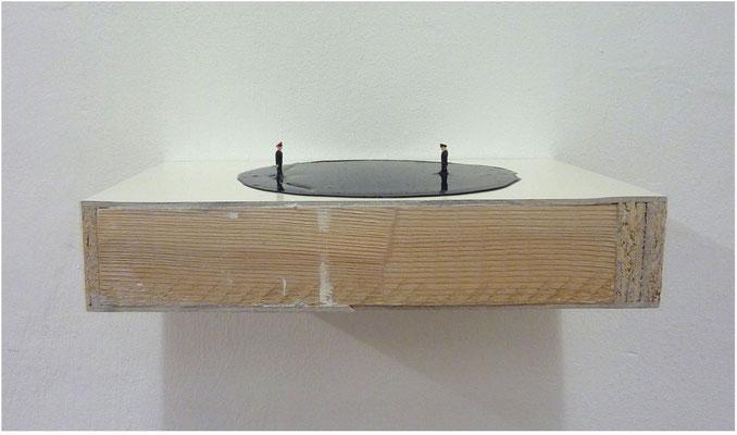 <b>Duell</b><br />2013<br />Holz, Dispersionslack, Kunststoff<br />12 cm x 25 cm x 8 cm