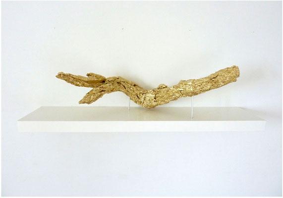 <b>Fetisch</b><br />2012<br />Holz, Aluminium, Pigmentvergoldung, Wandregal<br />110 cm x 28 cm x 26 cm