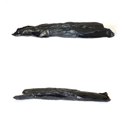 <b>Ohne Titel</b><br />2010<br />Papiermaché, schwarzer Lack<br />10 cm x 12 cm x 78 cm