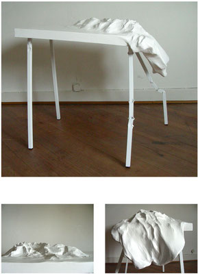 <b>Bergrutsch</b><br />2009<br />Papiermaché, Hasendraht, Styropor, Holz, Metall, Acryllack<br />80 cm x 56,5 cm x 85 cm