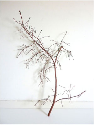 <b>Ende Weihnacht</b><br />2013<br />braunes und grünes Zeichnungspapier<br />143 cm x 80 cm x 45 cm
