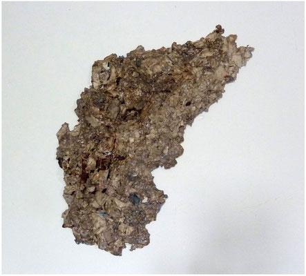 <b>Wucherung</b><br />2013<br />Papier, Holz, Lack<br />32 cm x 36 cm x 6 cm