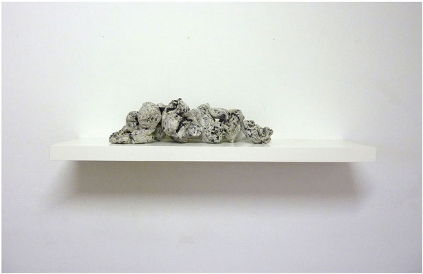 <b>10 Steine</b><br />2011<br />Papiermaché, Acrylfarbe, Lack, Gewindstangen, Wandregal<br />110 cm x 26 cm x 22 cm