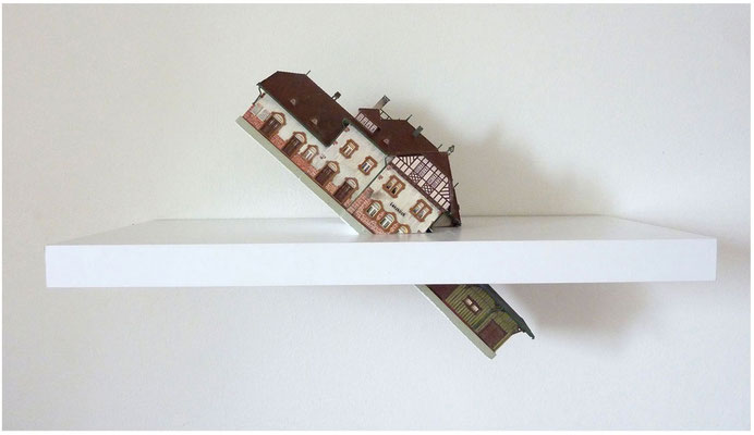<b>Das Titanicsyndrom</b><br />2013<br />Karton, Kunststoff, Farbe, Wandregal<br />60 cm x 25 cm x 35 cm