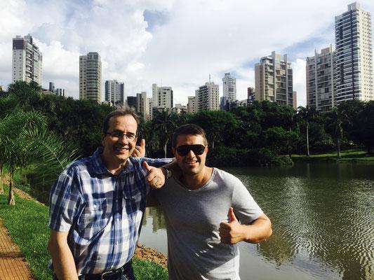 Mit Bruno vor der Goiânia Skyline