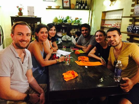 Lustiges Dinner mit Travelers