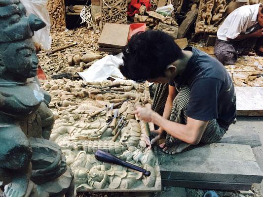 Myanmar typisches Kunsthandwerk Holzschnitzerei