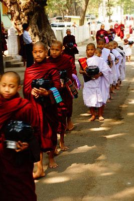 Mönche beim Mittagessen in Mahar Gandaryone Monastery