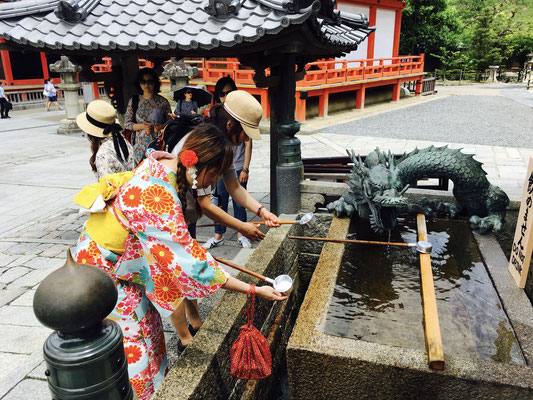 Reinigung der Hände vor Tempeleintritt