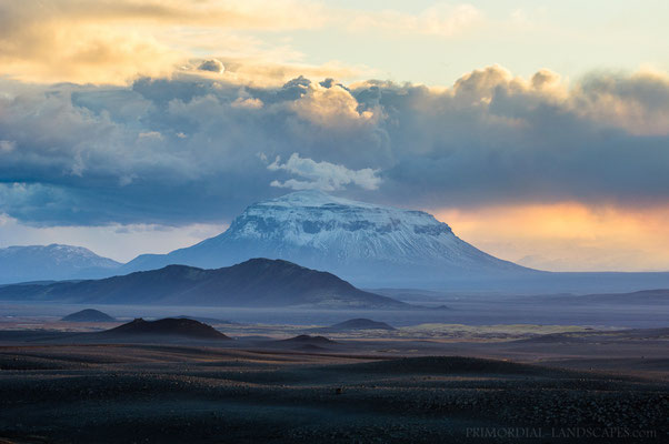 View from the distance: Herðubreið and the eruption cloud of Holuhraun