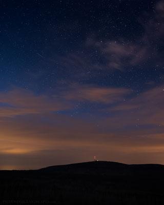 In der späteren Dämmerung sind die ersten Sternschnuppen deutlich erkennbar. Hier über dem Brocken.
