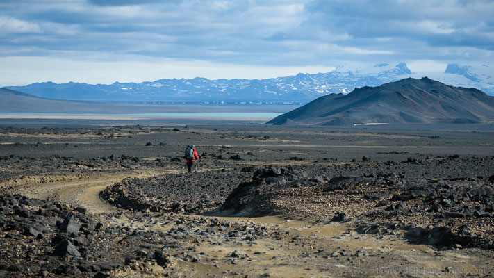 Start on the dirt track towards the Dyngjusandur: Dyngjuvatn, the new lava field and the Kverkfjöll in the background.