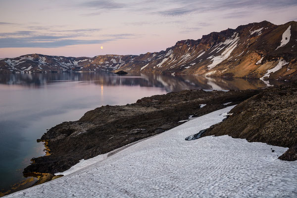 The perfect calmness in the Caldera was broken from time to time by debris avalanches. Mainly from the southern wall which rises a few hundret metres steep from the lake.