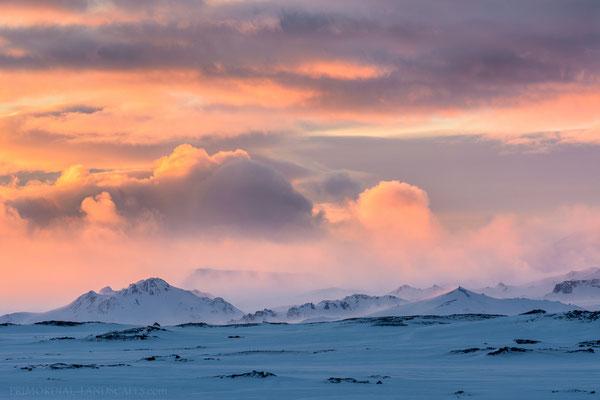 Einstæðingur, Stórakista and Tvíburatindur in front of the stormy Dyngjufjöll