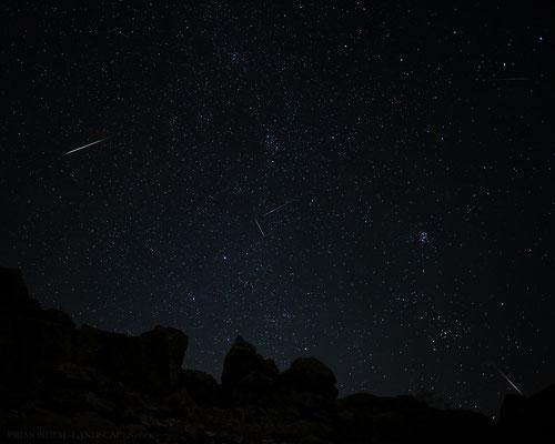 Achtermann Gipfelfelsen, Meteore und ein Iridium Flare (fälschlicherweise oft auf Fotos mit Meteoren verwechselt)