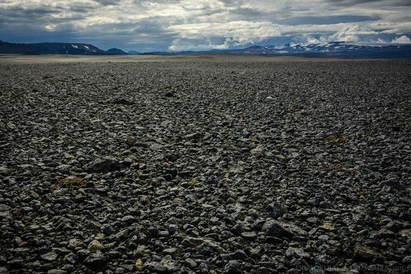 Vonarskarð and Tungnafellsjökull far behind barren plains