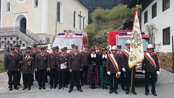 Die FFGinzling-Dornauberg mit den Fahrzeugpatinnen.