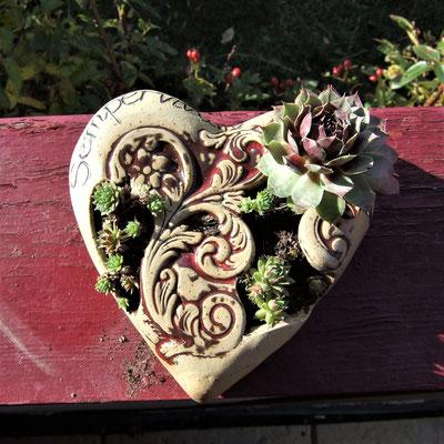 Keramik-Herz-Pflanzschale mit Ornamenten, natur-beige mit roter Glasur, bepflanzt mit Hauswurz;  lovely-cera ~ schöne Keramik-Kunst Frankenwald