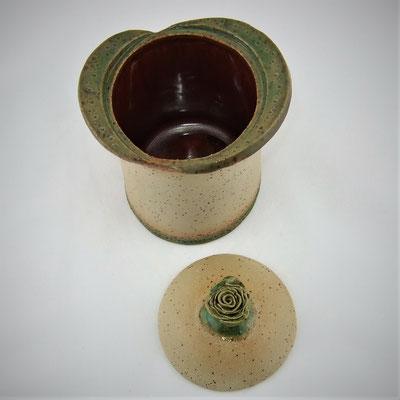 Dose, Deckel mit Röschen-Knopf, Oberfläche teilstrukturiert, außen grün-türkis und innen braun-rot glasiert;  lovely-cera ~ schöne Keramik-Kunst Nürnberg